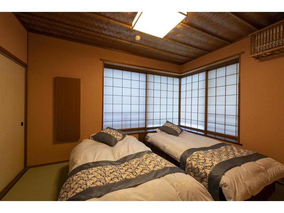 本館十楽棟ベッドルーム。コンパクトにまとまったベッドルームです。
