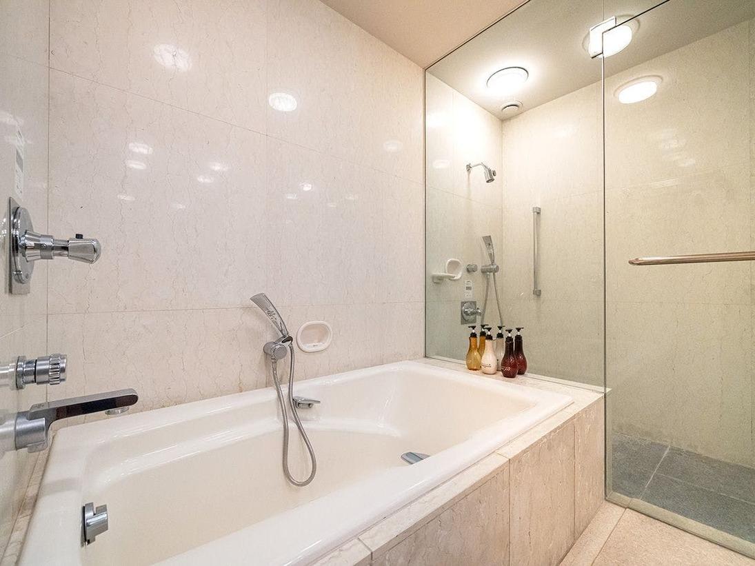 ■CHIGUSA suite:バスルーム■高級感ある「大理石のバスルーム」。個別シャワーブースもございます。