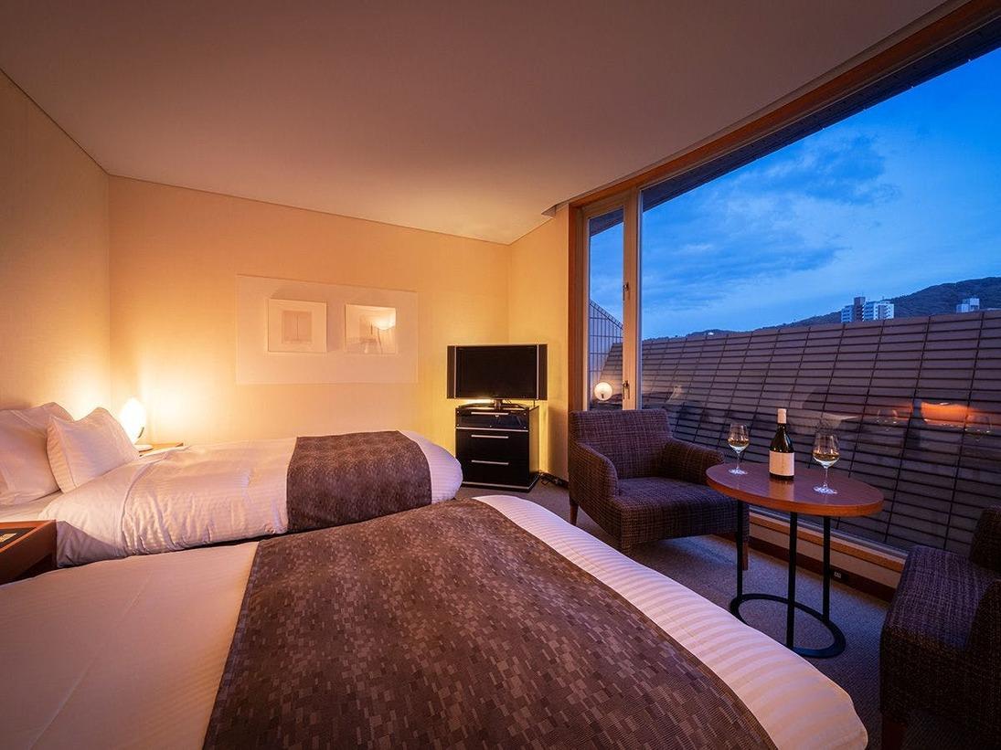 ■CHIGUSA suite:ベッドルーム■夜のお部屋はまた違った景色。お食事後は、窓辺で晩酌も粋なものです。