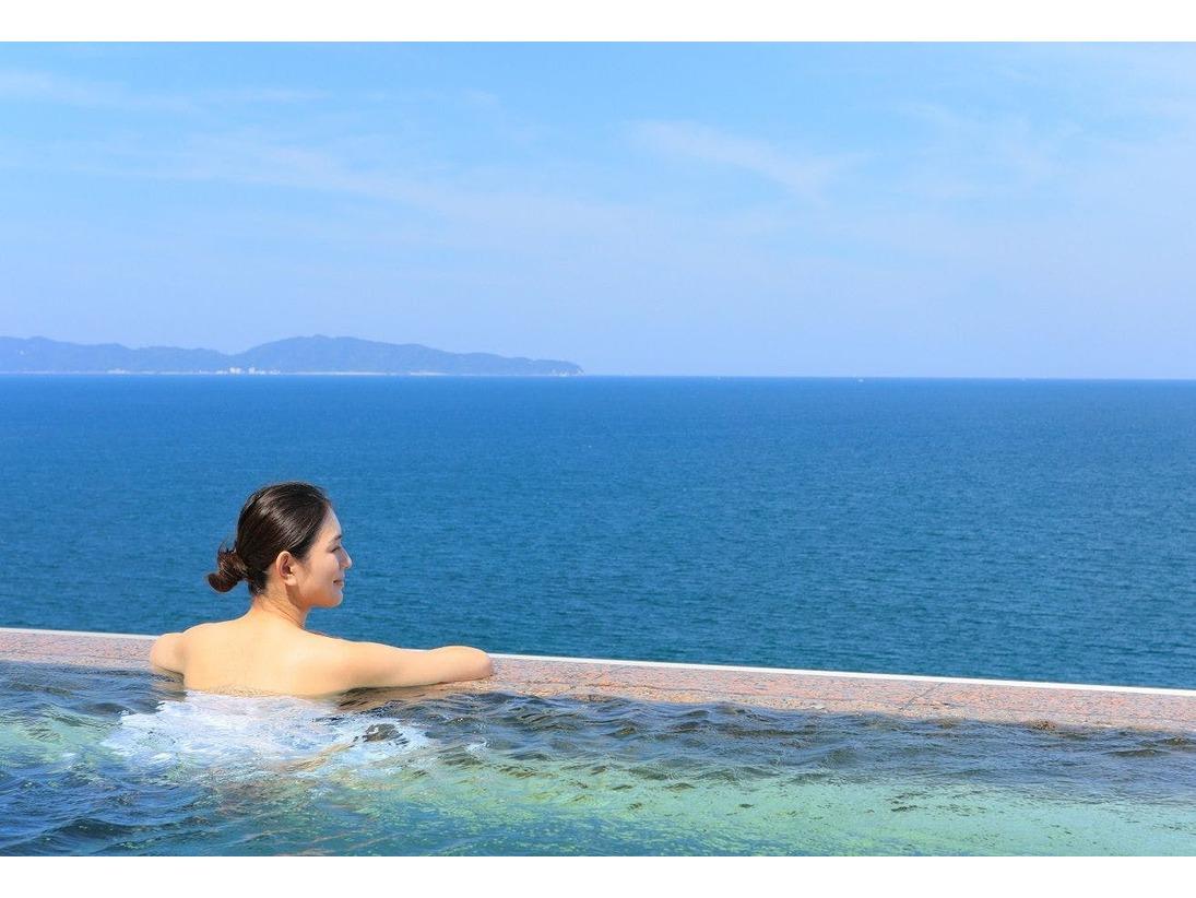 空と海と温泉が切れ目なくつながるインフィニティ天空露天風呂。7階には10数メートルの長さを誇る、日本海一望のインフィニティ天空露天風呂を設けます。水平線と融合し、海に浮かんでいるかのような次世代の温泉露天風呂をお楽しみください。