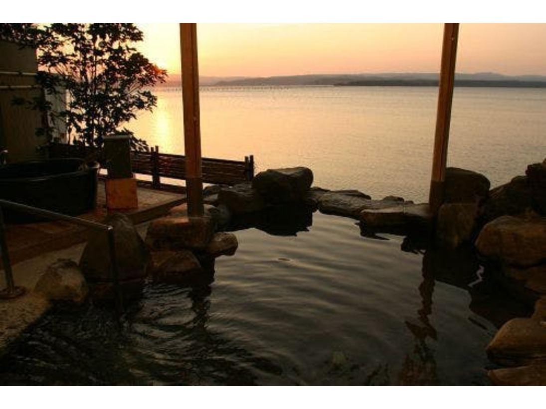 夕景の美しい大浴場の露天風呂です