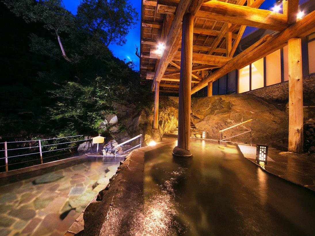 【棚湯】昼には昼の夜には夜の姿を魅せる。目の前に広がる自然美を楽しみながら心地よい湯の贅を。