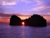 紫の空に映える円月島