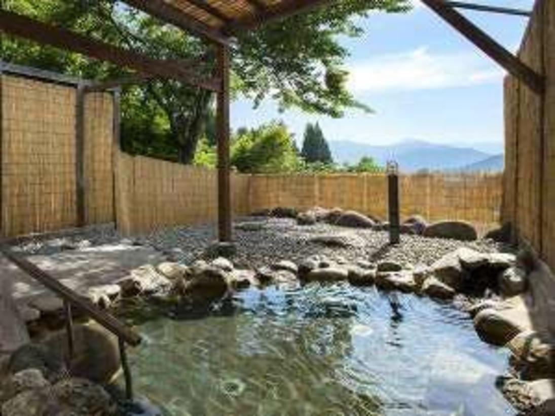 霊峰八海山を望む露天風呂「天空」。開放的な露天風呂をごゆっくりお楽しみ下さい