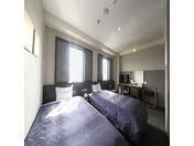 【デラックスツインルーム(24平米)】120cmサイズのシモンズベッドを並べて設置しています。