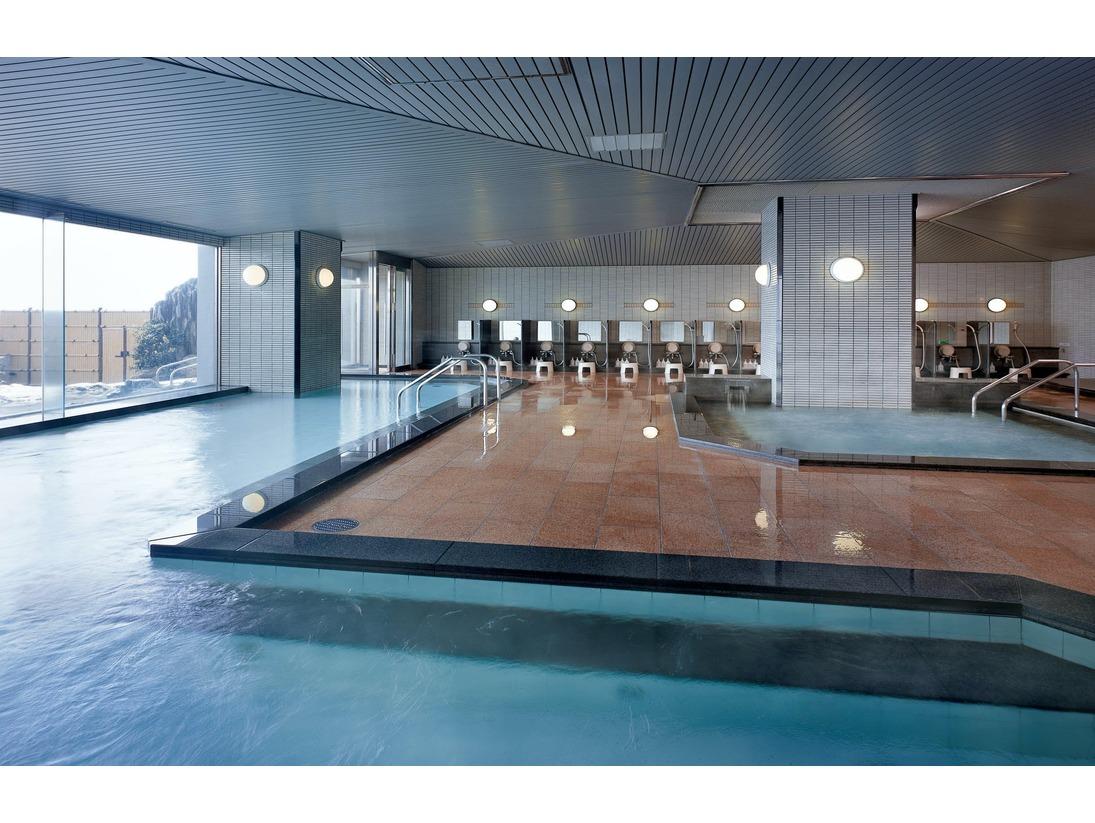 【展望大浴場・しぶきの湯(男性)】収容100名様の広々とした開放的な空間です。