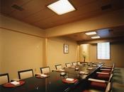 2階【日本料理 嵯峨野】《営業時間》7:00~10:00/11:30~14:30/17:00~21:00床の間を配した掘りごたつ式のお座敷もございます。同窓会や食事会、また結納や両家のお顔合わせといったお祝いのお席や、ご法要後の会食などにも対応させていただきます。