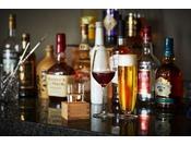 プレミアグラン宿泊者専用 本館45階「クラブラウンジ」のバータイムは、こだわりのオードブルとアルコールをご用意。