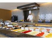 プレミアグラン宿泊者専用 本館45階「クラブラウンジ」でのご朝食は洋食ブッフェをご用意。