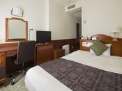 シングルルーム~ベッド幅140cmのセミダブルベッドを使用~