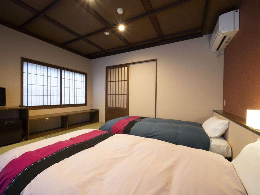 【和風ツインルーム】8畳和室トイレ付ツインルーム / フランスベッド社製シングルベッド / 3名様以上でご利用の場合はお布団をご用意 / 構造上、おトイレは小さなスペースです