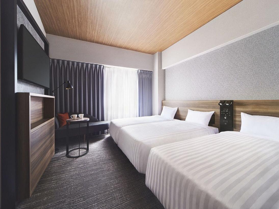 木彫を随所にあしらい、スタイリッシュで心地よい空間をデザインしました。お部屋のベッドはサータ社製のベッドを導入し、心身ともにリラックスできる空間となっております。全室禁煙の快適なお部屋でゆっくりとお寛ぎくださいませ。