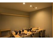 個室に仕切られた食事処「彩月」柔らかな照明とデザインされた室内は落ち着いた印象です。
