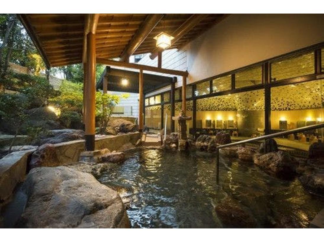 開放感あふれる露天風呂!滝のように流れ落ちる芦原の湯と四季の彩りが温泉情緒を感じさせてくれます。湯温は40度前後。熱過ぎずぬる過ぎないお湯にゆっくりお入りいただき、その効能をお確かめください。