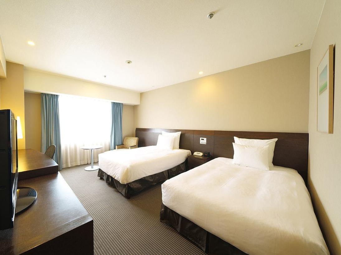 主に南側に面した部屋からは平和通りを臨むことができます。ゆったりとしたベッドサイズで寛ぎのおやすみをご提供します。