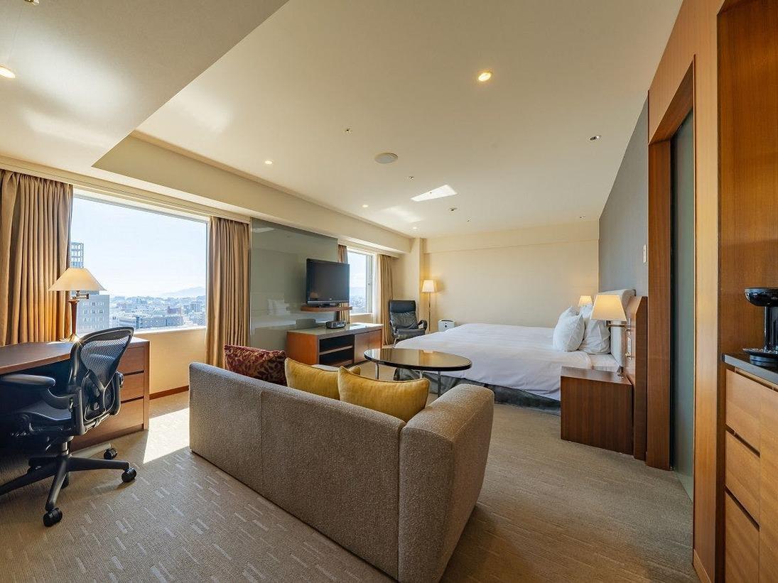 スタンダードツインルーム2部屋分の広さを確保した、ANAクラウンプラザホテル広島トップランクのツインルームです。 上質なデザインと機能的な家具が人気の秘密です。窓の外には瀬戸内の島々、夜は広島の夜景をお楽しみいただけます。