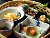 好きなものを食べられるハーフビュッフェと一緒に、個々にいただく和食ご膳。籠に入った季節の小鉢の盛り合わせとご飯、お味噌汁をご用意いたします。