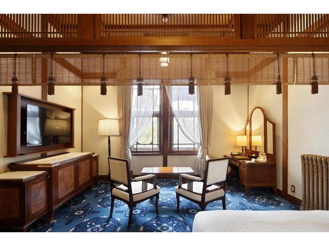 本館デラックスクラシック43.7平米格天井に御簾、正倉院文様の宝相華をデザインした絨毯など、創業時の雰囲気を色濃く残す特別なお部屋です。
