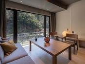 【ダイニングスイート】お部屋からは清流と山景色が望めます。自然を眺め、心穏やかな休日を…。