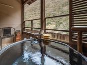 源泉かけ流しの露天風呂付客室♪お風呂からは川のせせらぎが聞こえてきます。