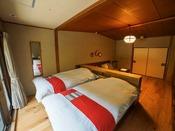 ベッドから外の景色が見えるフローリングのツインベッドルーム