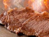 目の前で焼き上げる!人気のステーキ登場です!