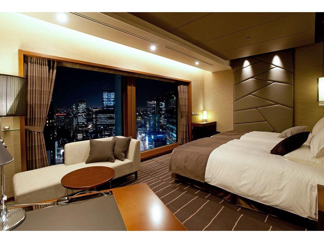 最上級客室27階グランヴィアフロア グランヴィアツイン フロア最大の面積を誇り、重厚感を感じさせるグレーと黒の石貼り壁が、邸宅風の雰囲気醸し出します。大きな二面窓と落ち着いたインテリアが印象的な寛ぎの空間で、上質なひとときをお過ごし下さい。