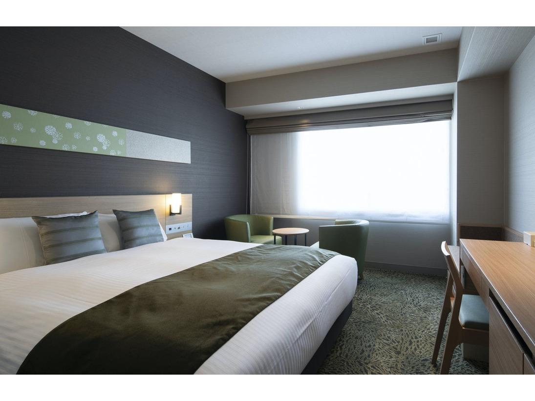 【デラックスダブル】160cm×195cmのクイーンサイズのベッドと洗面台が2台設置