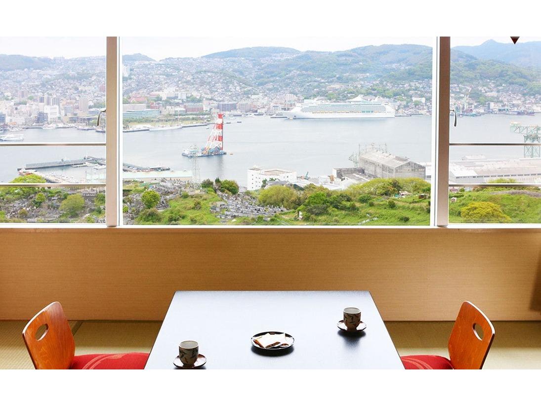 部屋から臨む昼間の長崎港の風景