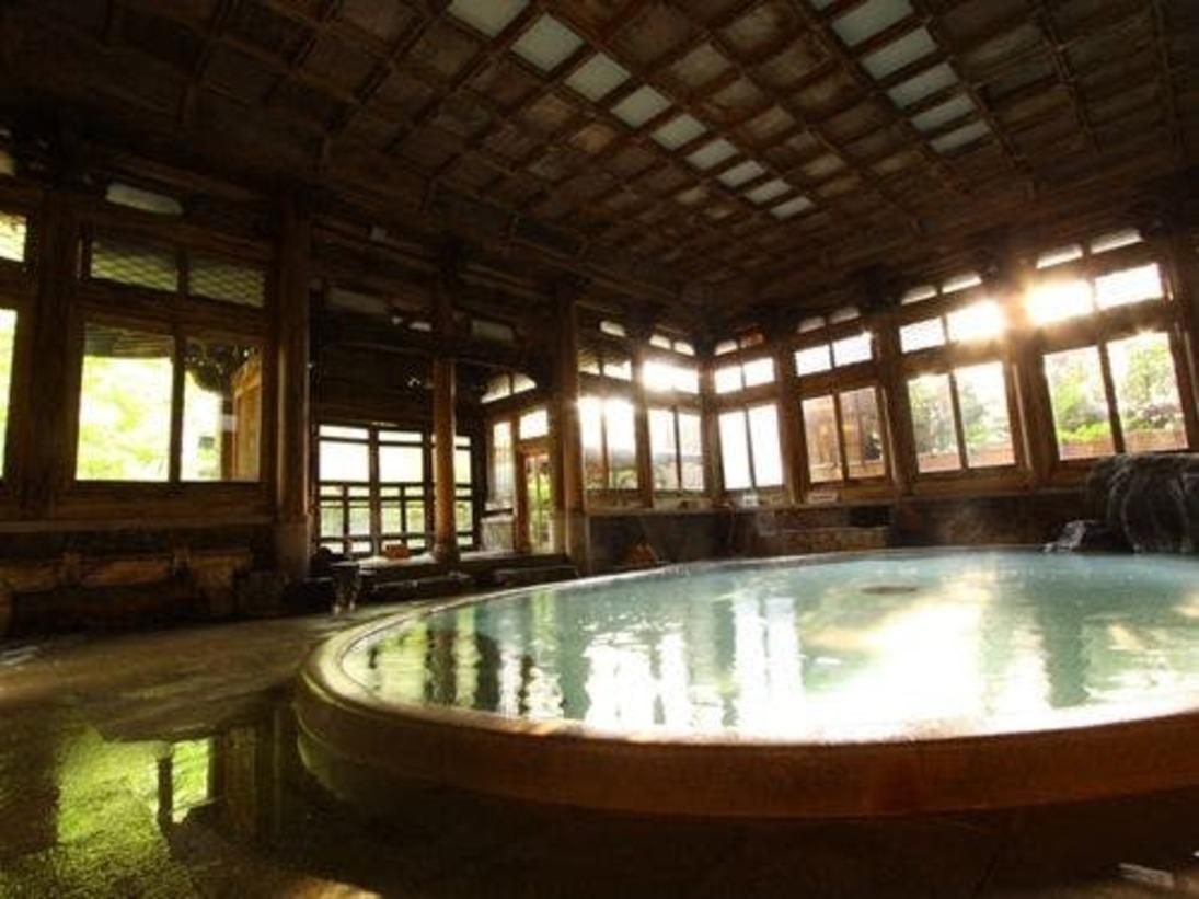 【桃山風呂】日本を代表する大浴殿・登録有形文化財。温泉蒸し風呂も併設されております。