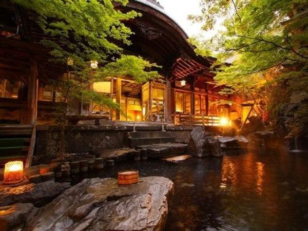 夕暮れ時、庭園露天風呂から桃山風呂を望む