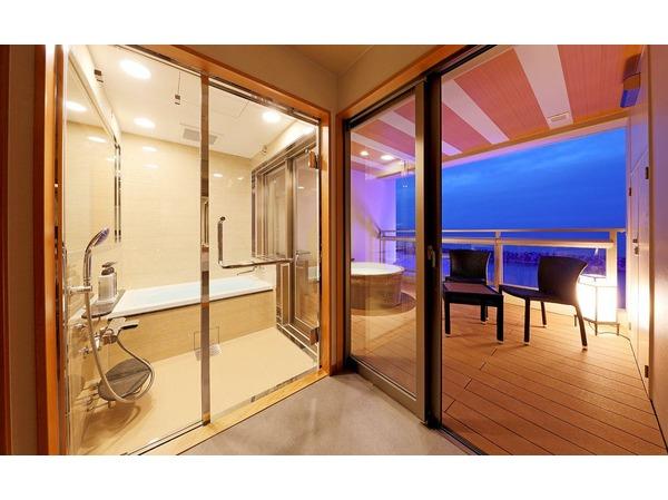 海を眺めるビューバスとテラスには露天風呂