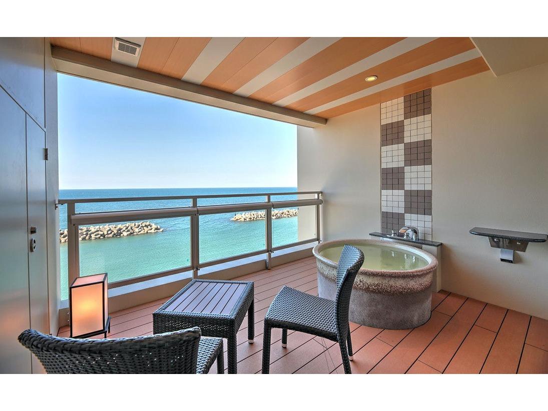 全室フロントオーシャンビュー、全室温泉の露天風呂付和洋室。海を眺め、潮風に吹かれるテラスで波の音を聞きながら浸かる温泉は最高。