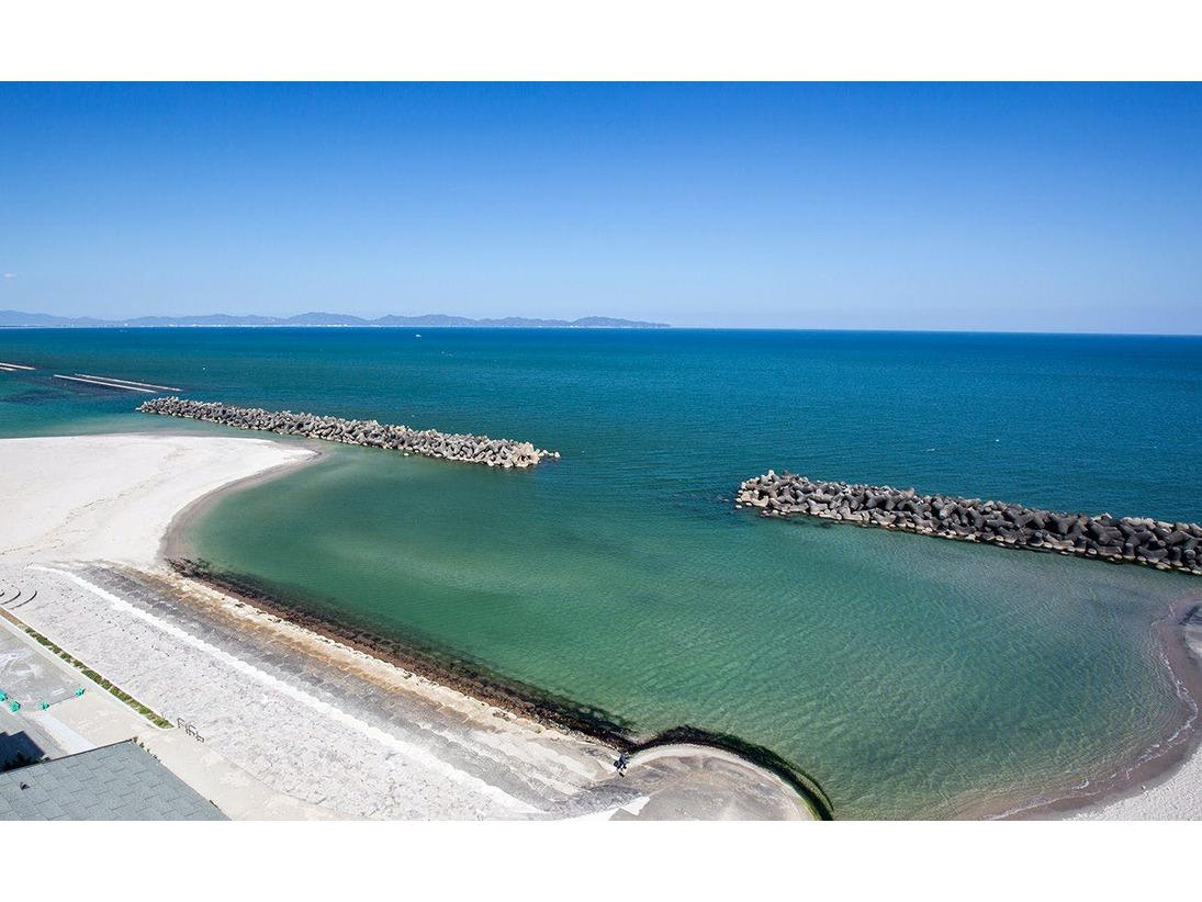 全室フロントオーシャンビューの景色。日本海を一望します。海を眺め、潮風に吹かれるテラスで波の音を聞きながら浸かる温泉は最高。