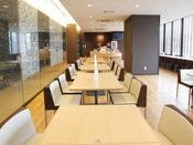 朝食コーナー。お昼間はレンタルスペースとしてご利用が可能。