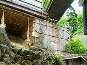 【窯神社】改築の際に発見された奈良時代の窯跡が名前の由来。現在は窯神社として祭っています。