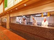 【オープンキッチン】熱々のお料理をすぐに席にお運び出来るよう腕を振るう姿をご覧頂けます。