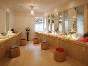 【1F大浴場化粧室】充実したアメニティが揃う化粧室
