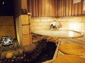 【茶寮露天風呂付客室:朝日】楕円形の変形露天風呂。
