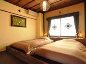 モダンバリを演出する寝室のローベッドは3名様までご就寝頂けます。