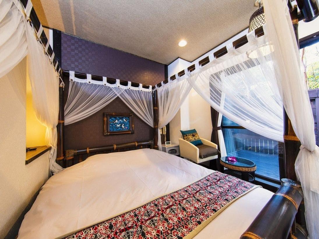 【ダブルベッド】天蓋ベッドの本館ダブルルームはセミダブルルームと少々狭めですが、その分お値段お得!