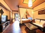 天蓋ベッドとマッサージチェア付きでリゾート感あふれるお部屋でございます。