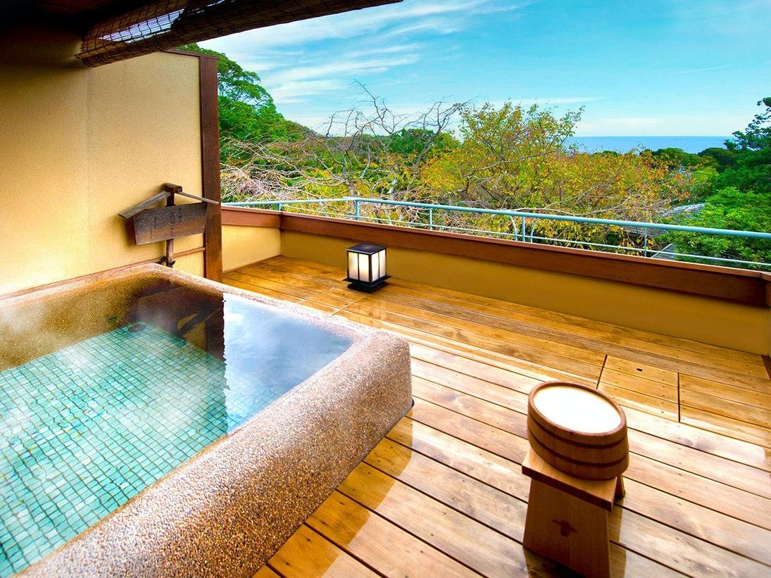 【貸切露天風呂】 自然豊かな山ももの森、その奥には煌めく相模湾を眺めて。