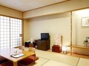 【和室10畳一例】10畳和室+広縁のゆったりとしたお部屋。畳に足を伸ばしてのんびりお寛ぎいただけます。