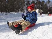 【そり遊び】プライベートゲレンデ「森のスキー場」内には、そり専用のコースをご用意しております。営業時間09:00~16:00 12月下旬から3月下旬までの営業(予定)となります。