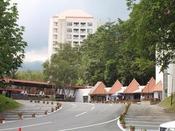 【ホテル駐車場】当ホテルには160台分の無料駐車場がございます。冬季は、路面の凍結にご注意ください。