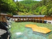 西の河原公園にある露天風呂は、湯畑から徒歩15分、日本で有数の広さを誇る露天風呂です。湯畑から徒歩15分、日本で有数の広さを誇る露天風呂です。四季折々の風景を感じながらご利用いただけます。