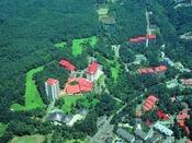 【ホテルヴィレッジ】標高1200メートルにあり、豊かな森に囲まれたリゾートホテルでございます。
