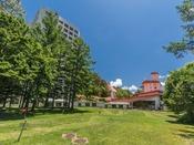 【ホテル中庭】中庭には、パターコースの他、あそびの広場がございます。