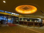【ホテルフロントロビー】お客様のご用命を、24時間体制で承っております。